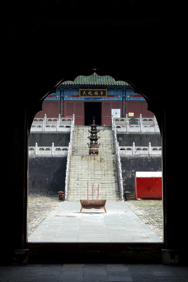 Templo na montanha de Wudang que olha de uma porta foto de stock royalty free