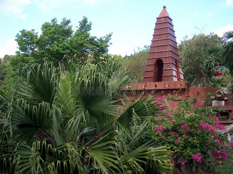 Templo nas palmas fotografia de stock