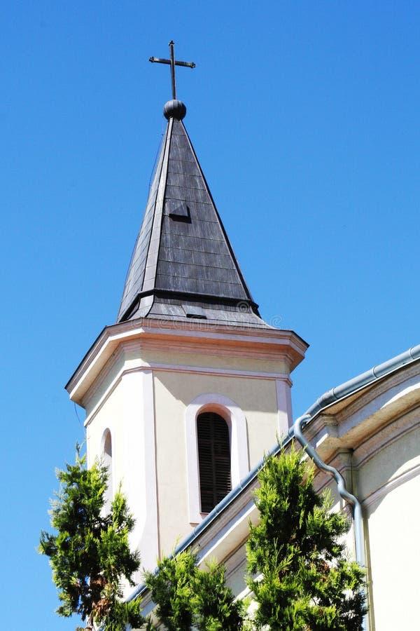 Templo no centro de uma vila europeia A igreja cristã foto de stock royalty free