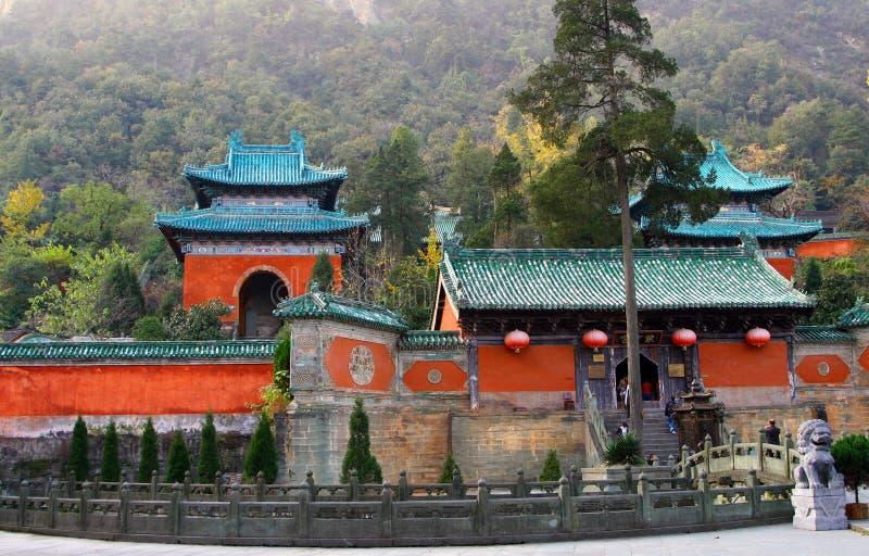 Templo púrpura en las montañas de Wudang, provincia de Hubei, China de la nube imagen de archivo