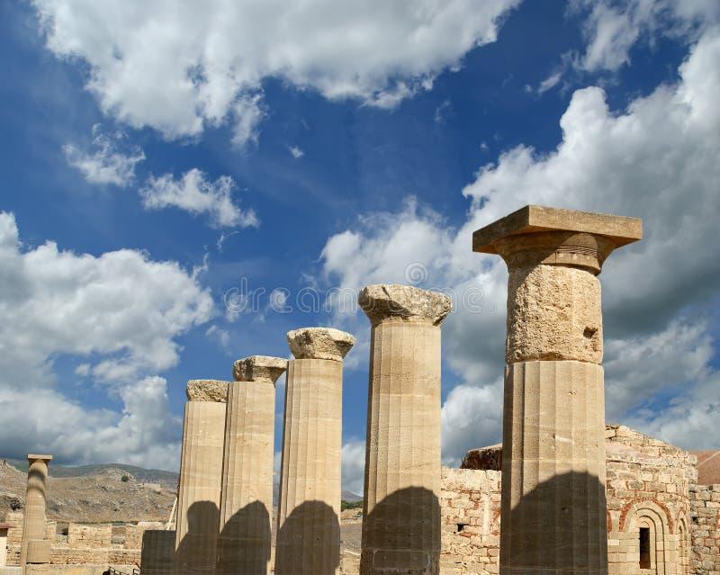 Templo parcialmente reconstruído de Athena Lindia na acrópole foto de stock royalty free