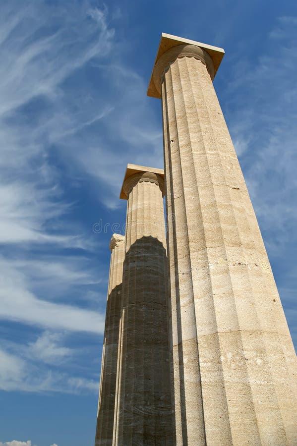Templo parcialmente reconstruído de Athena Lindia na acrópole imagem de stock