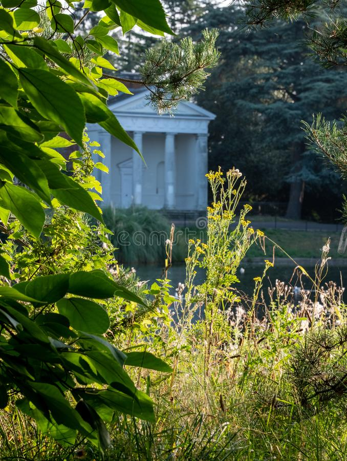 Templo que pasa por alto el lago en el parque y el museo nuevamente renovados en el estado de Gunnersbury, Londres del oeste Rein fotografía de archivo