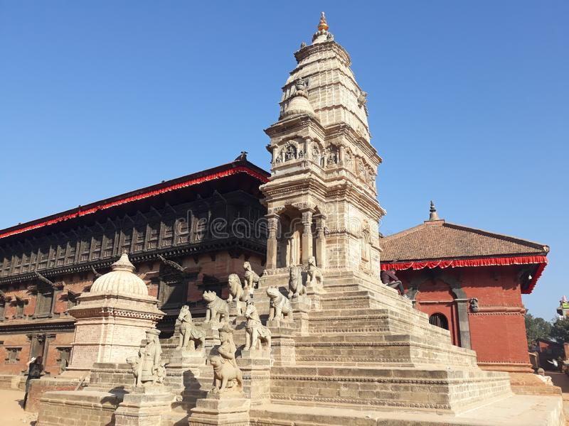 Templo reconstruído após o terremoto 2015 de Nepal imagens de stock