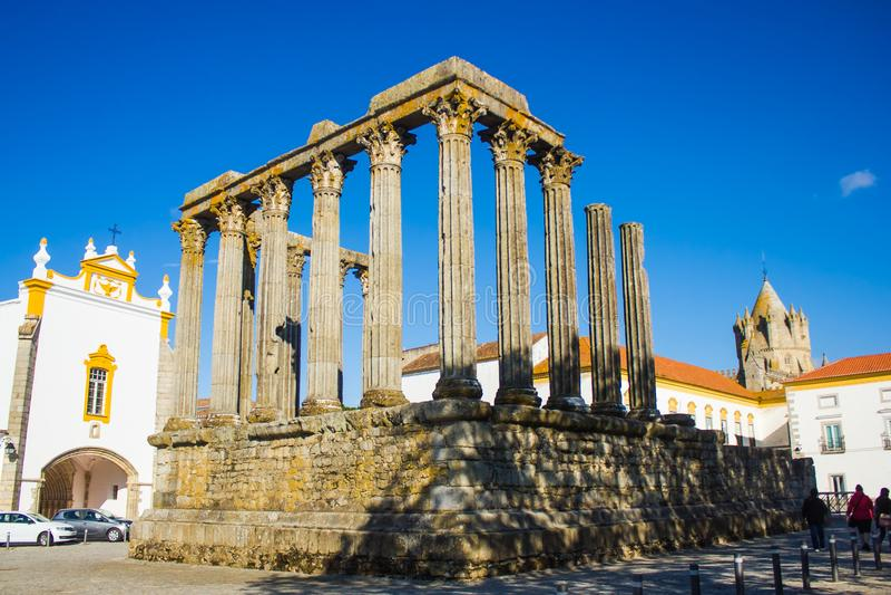 Templo romano, de ³ de LÃ igreja do ios e torre da catedral, vora do ‰ de Ã, Portugal imagem de stock