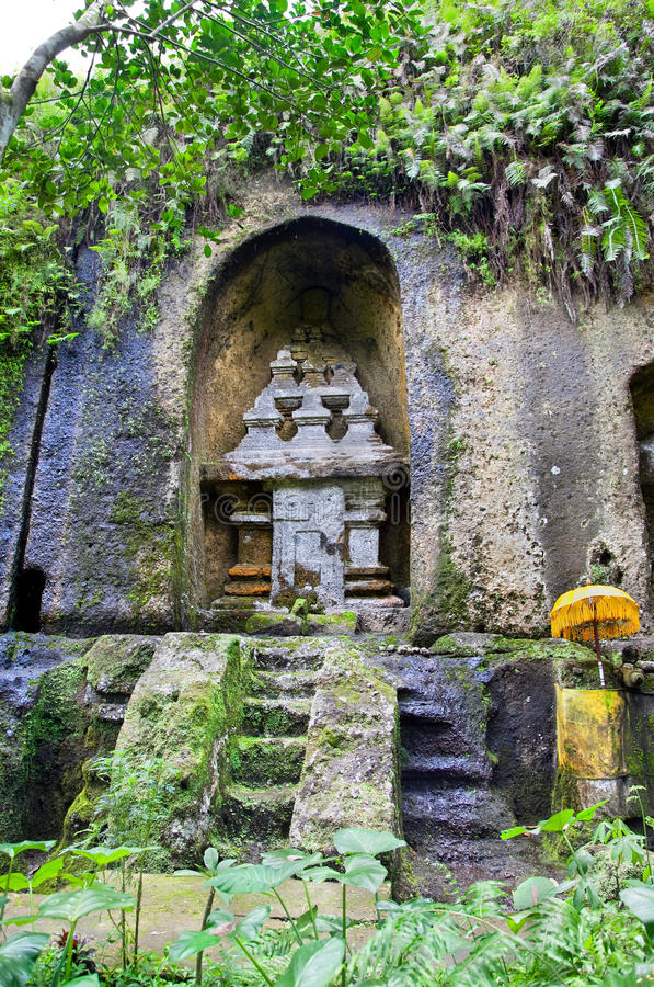 Templo santamente da caverna da selva em Bali foto de stock