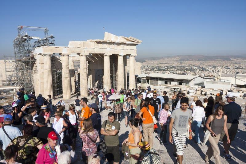 Templo sightseeing dos turistas de Athena Nike em Atenas imagem de stock royalty free