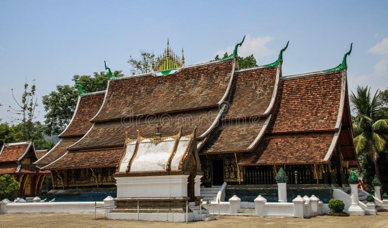 Templo sob o calor do meio-dia, prabang de Wat Xieng Thong do luang, laos fotografia de stock royalty free