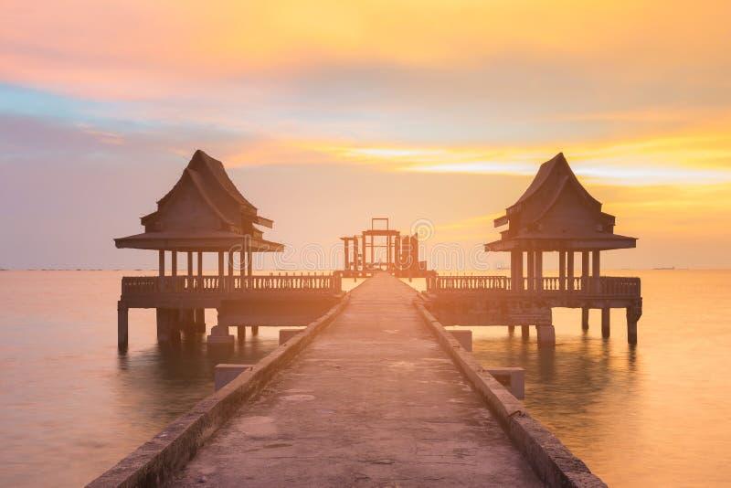 Templo solo sobre horizonte de la puesta del sol de la costa foto de archivo