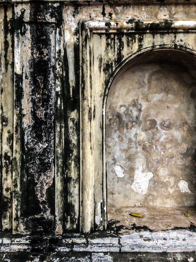 Templo sujo do grunge da parede velha em Phra Pathom Chedi imagem de stock royalty free