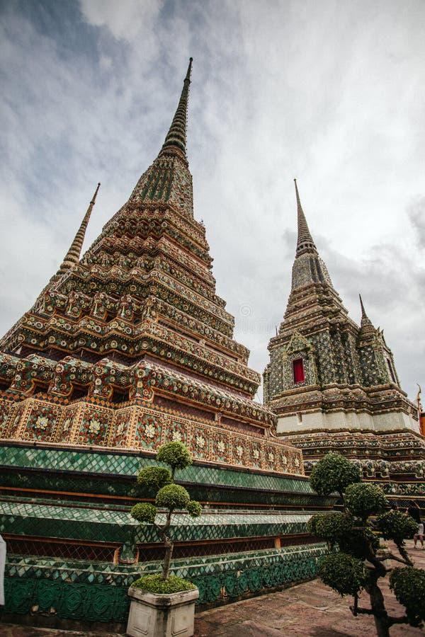 Templo tailandés cambiante en día cubierto fotografía de archivo libre de regalías