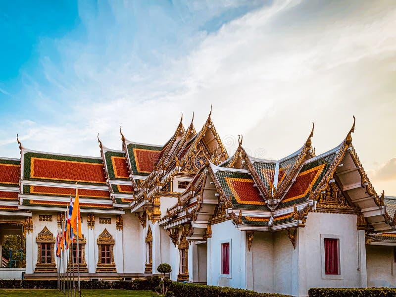 Templo tailandés con el cielo azul y la bandera fotos de archivo libres de regalías