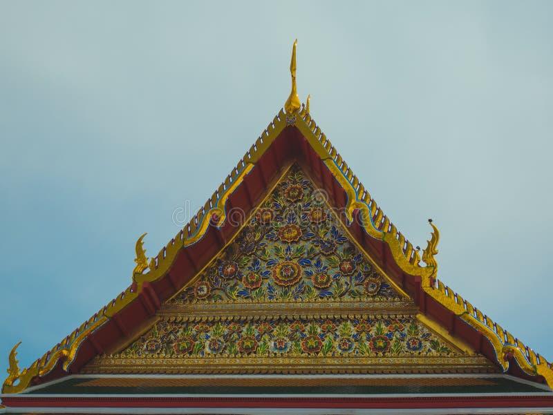 Templo tailandés de oro del estilo del aguilón del tejado imagen de archivo
