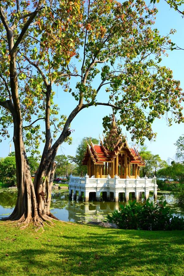 Templo tailandés del estilo del pabellón hermoso en el agua foto de archivo