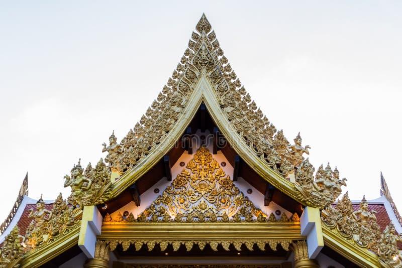 Templo tailandês antigo, frontão clássico tailandês das artes. imagem de stock royalty free