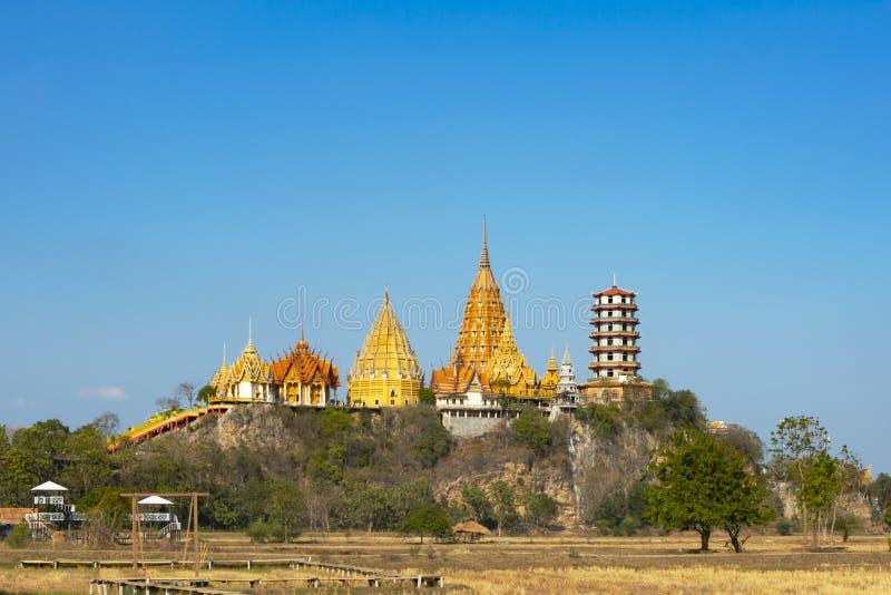 Templo tailandês bonito Wat Tham Sua ou Tiger Cave Temple imagens de stock