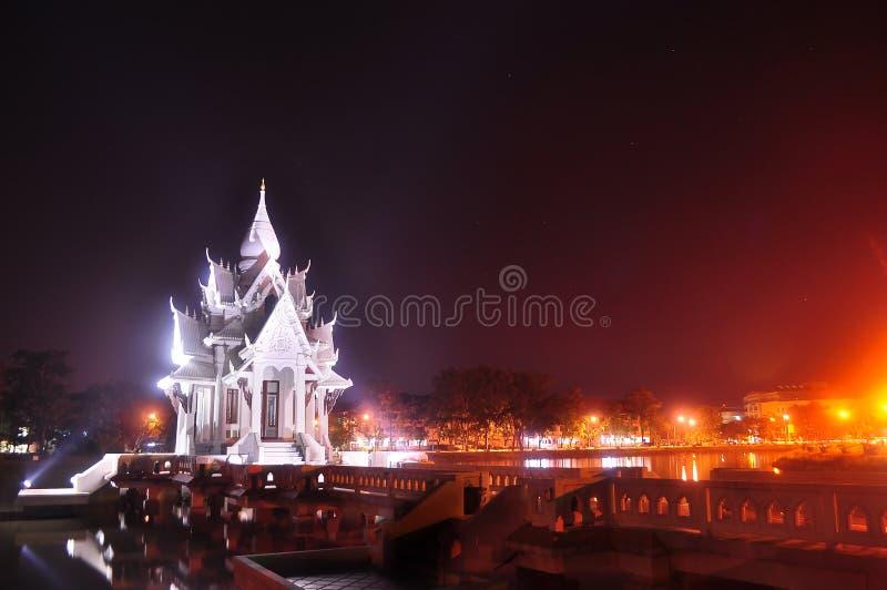 Templo tailandês na noite foto de stock