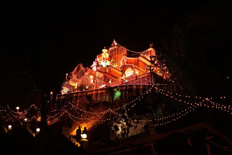 Templo tailandês na noite na luz imagem de stock royalty free