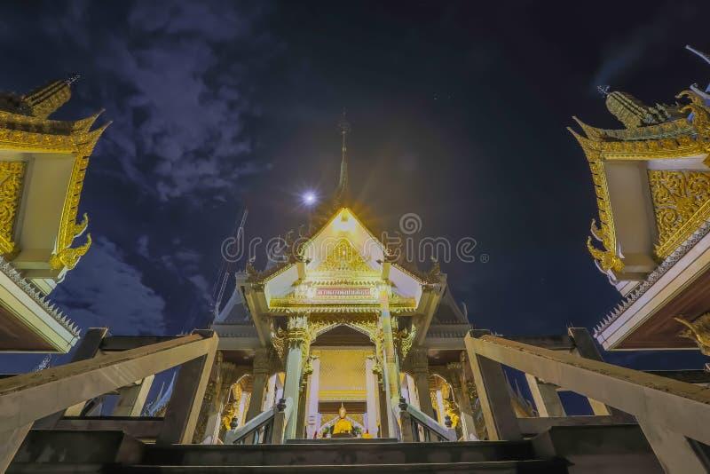 Templo tailandês na noite, o Wat Rat Bamrung ou o Wat Ngon Kai - o Samut Sakhon, Tailândia fotos de stock