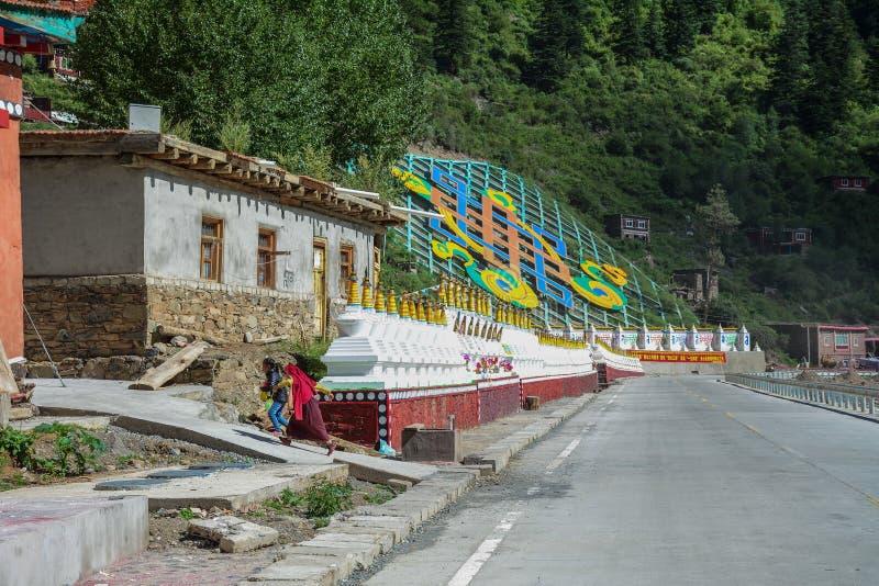 Templo tibetano en Daocheng, China imagenes de archivo
