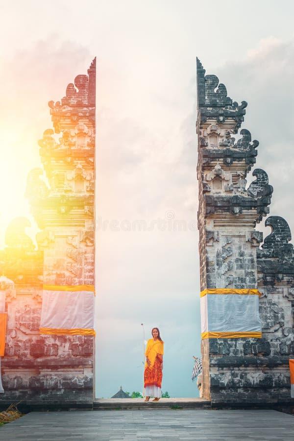 Templo turístico de Lempuyang de la mujer que visita joven, Bali Indonesia Historia y religi?n Luz del sol fotos de archivo