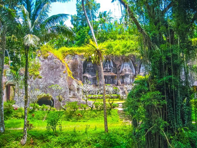 Templo y Candi de Gunung Kawi en selva en Bali foto de archivo libre de regalías