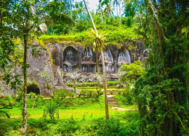 Templo y Candi de Gunung Kawi en selva en Bali imagen de archivo libre de regalías