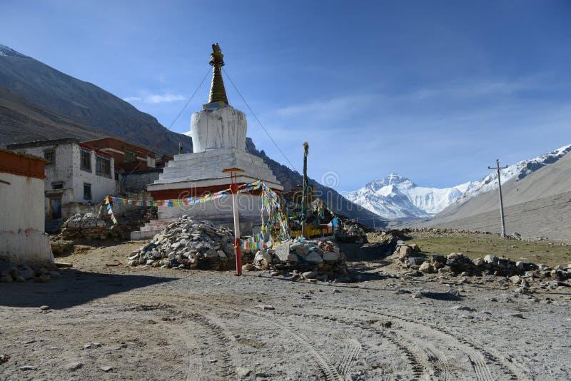 Templo y el monte Everest de la franela (Rongbu) imagen de archivo