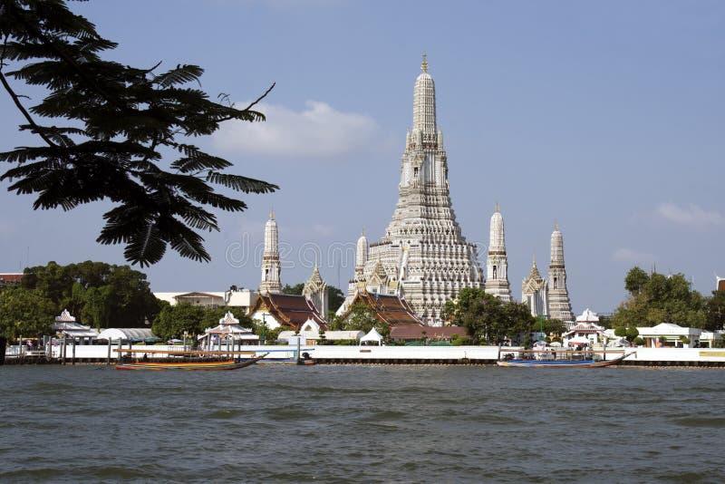 Templo y el río Chao Phraya de Wat Arun en Bangkok, Tailandia fotografía de archivo libre de regalías
