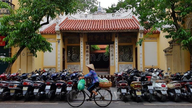 Templo y motos vietnamitas foto de archivo