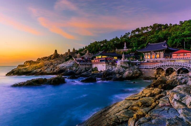 Templo y salida del sol en la ciudad de Busán en Corea del Sur imagen de archivo