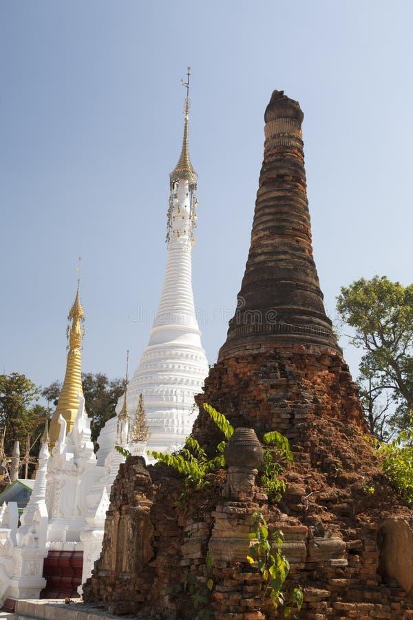 Templos budistas velhos e novos fotografia de stock royalty free