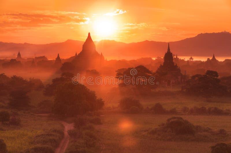 Templos de Bagan en la puesta del sol foto de archivo libre de regalías
