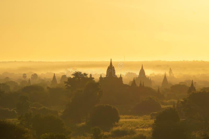 Templos de Bagan na viagem da névoa do nascer do sol a Myanmar fotos de stock