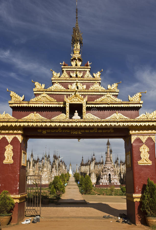 Templos de Kakku que entran, Myanmar (Birmania) imagen de archivo libre de regalías