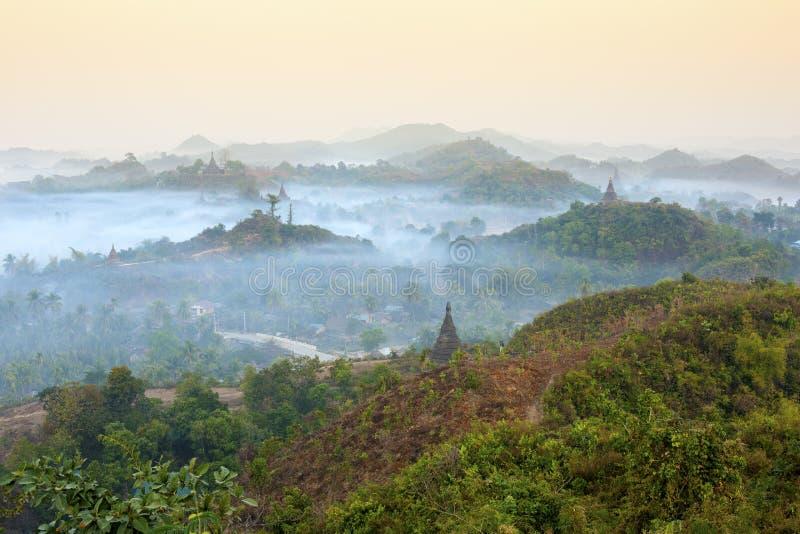 Templos de Mrauk U do nascer do sol imagens de stock royalty free