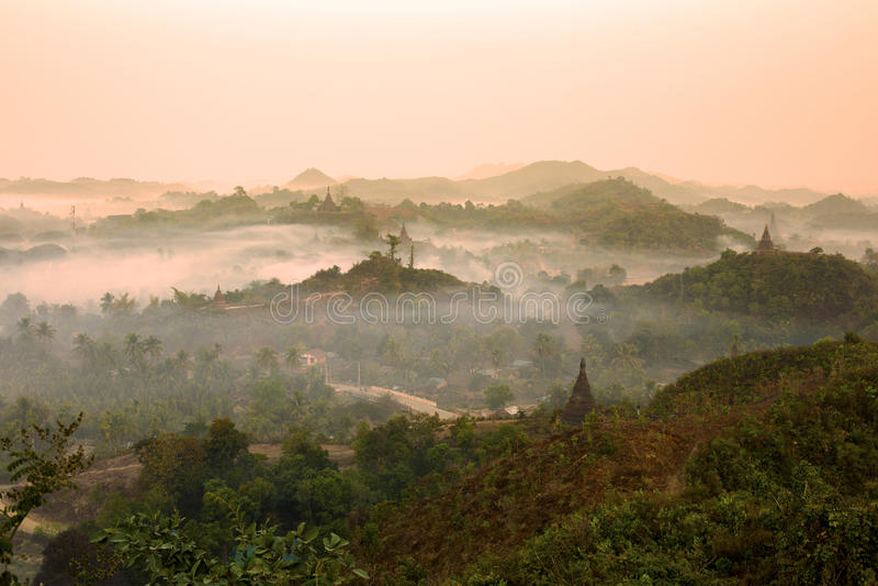 Templos de Mrauk U do nascer do sol foto de stock