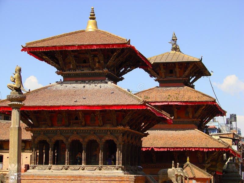 Templos de Patan com telhados vermelhos Cidade antiga em Kathmandu Valley Arquitetura da cidade pitoresca de Nepal imagens de stock