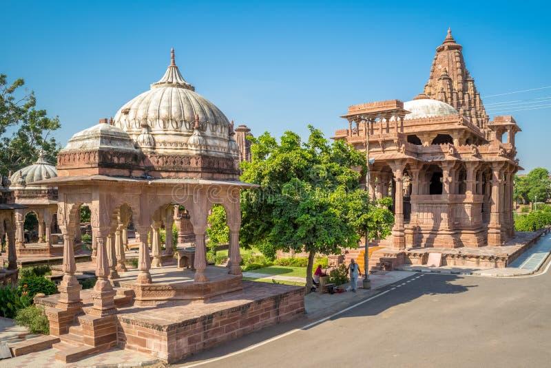 Templos en el jardín de Mandore cerca de la ciudad azul, Jodhpur fotografía de archivo libre de regalías