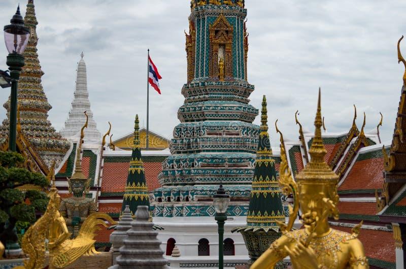 Templos, estátuas e stupas no palácio grande de Banguecoque, Tailândia foto de stock royalty free