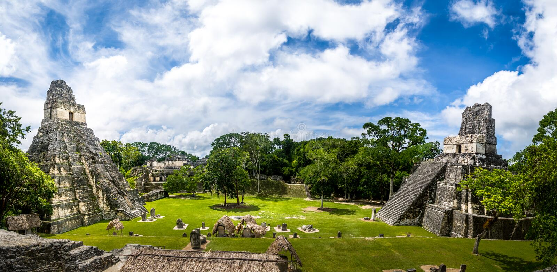 Templos mayas de la plaza de Gran o del alcalde de la plaza en el parque nacional de Tikal - Guatemala fotos de archivo