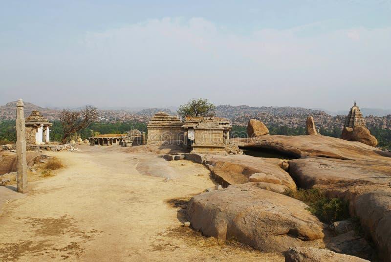 Templos no monte de Hemakuta, Hampi, Karnataka Centro sagrado Um cargo monolítico alto da lâmpada é considerado igualmente imagem de stock