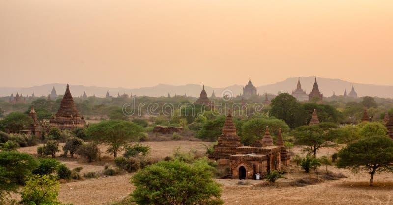 Templos y puesta del sol fotografía de archivo