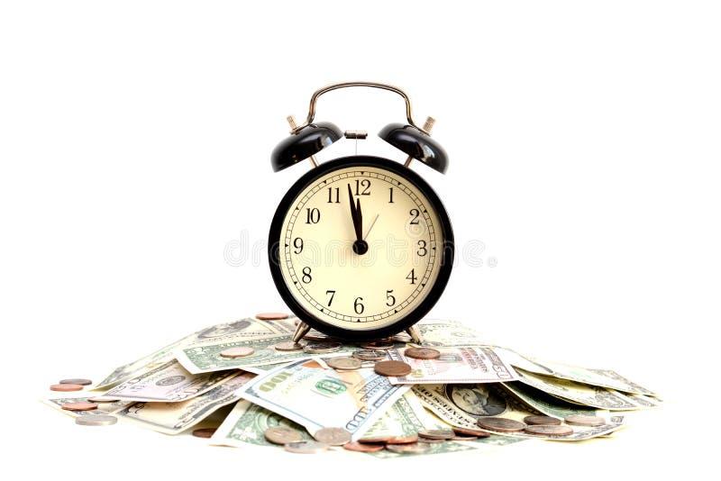Tempo é dinheiro conceito com fim acima de um pulso de disparo velho em notas de dólar imagem de stock royalty free