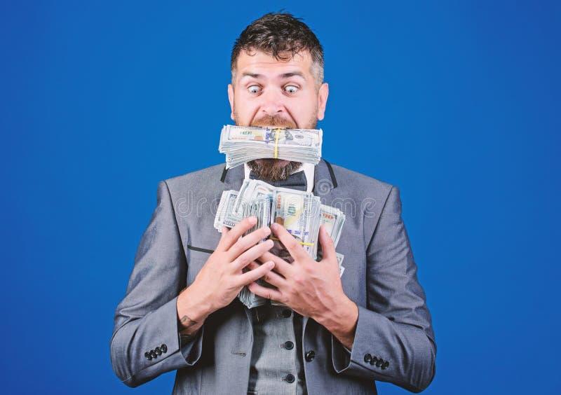 Tempo é dinheiro ganhar uma loteria Êxito empresarial e desportivo homem barbudo feliz tem muito dinheiro empresário após fotografia de stock