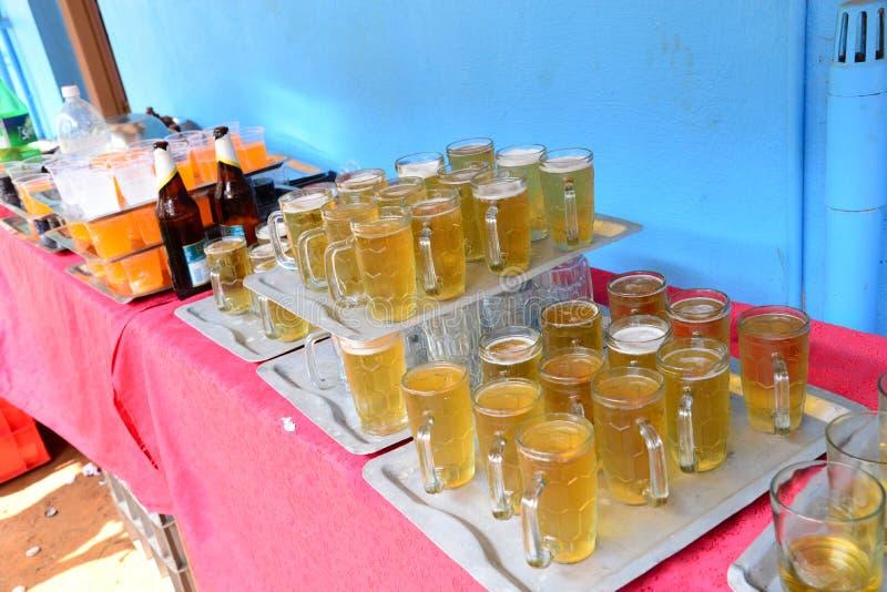 Tempo alla celebrazione! Abbia certa birra? fotografia stock libera da diritti