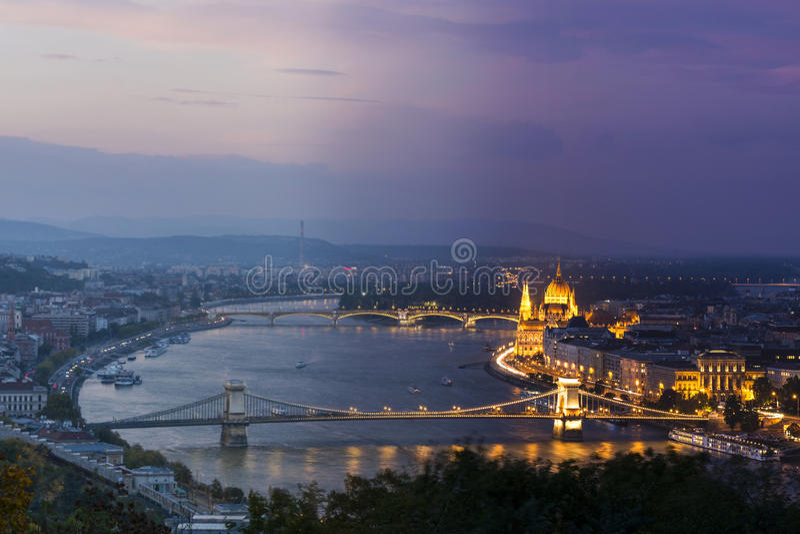 Tempo che sorvola Budapest immagini stock