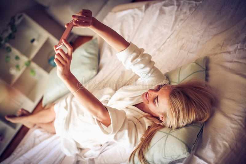 Tempo da cama Autorretrato da manhã Mulher da Idade Média fotos de stock