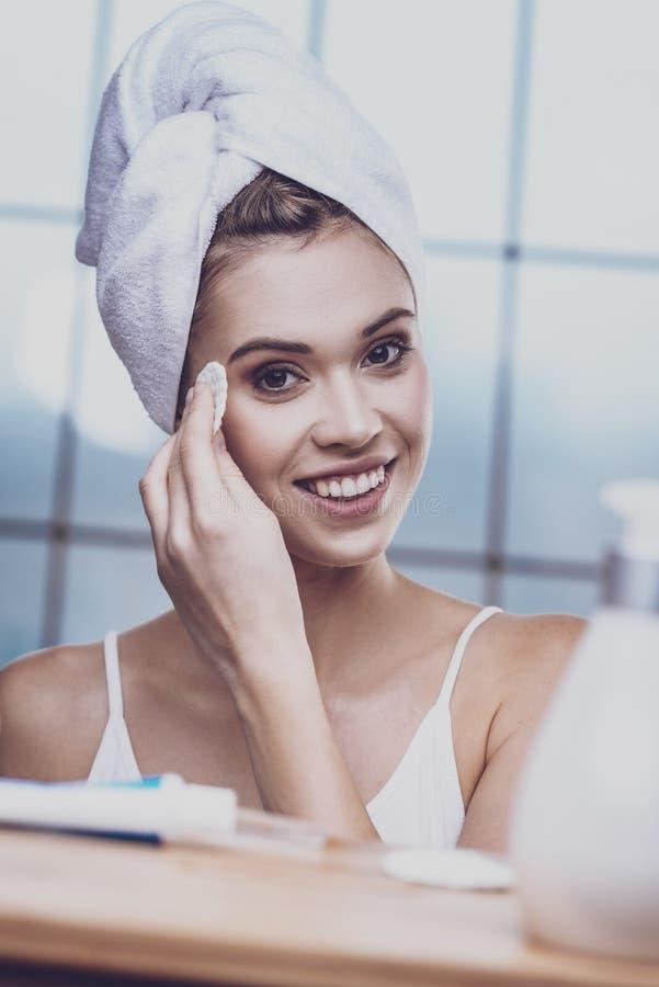 Tempo da despesa da jovem mulher em nivelar procedimentos higiênicos imagem de stock royalty free