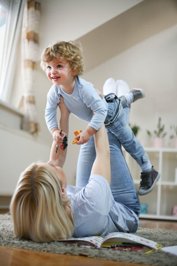 Tempo da despesa da matriz e do filho junto playful fotografia de stock royalty free
